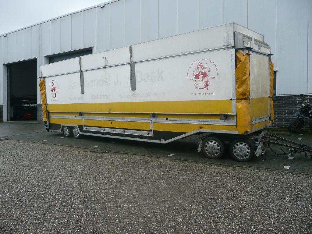 Verkoopwagen met dubbele vooras. Rangeersysteem op maat gemaakt